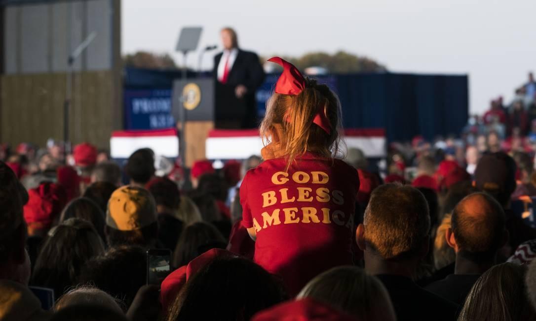Apoiadores escutam o presidente Trump em Murphysboro, Illinois: para analistas, discurso contra o globalismo une políticos de direita de vários países Foto: DOUG MILLS / NYT
