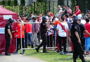 Policial usa cassetete para conter torcedores do River Plate Foto: MAXIMILIANO LUNA / AFP