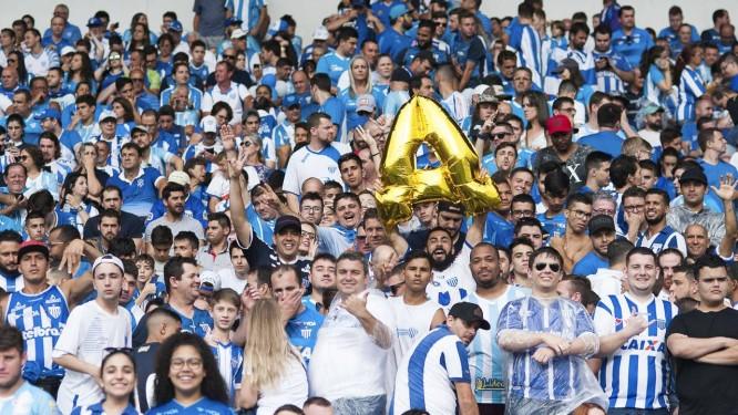 6de61bc3e0 Série A. Torcida do Avaí comemora em Florianópolis o retorno à elite Foto   Dia