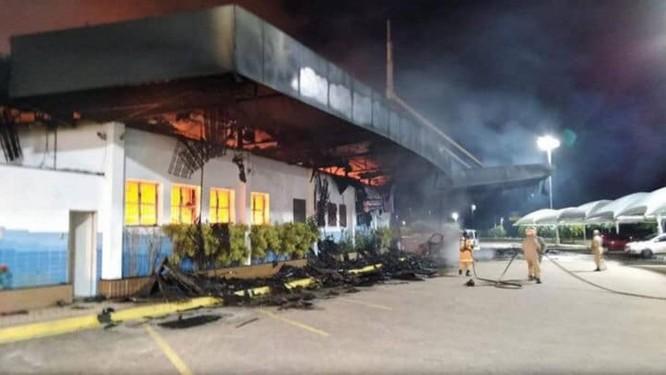 Incêndio de grandesproporçõesatingiu o restaurante Graal Foto: Reprodução Facebook / CORE Operações Especiais