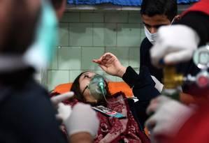 Mulher recebe cuidados em hospital após ataque Foto: GEORGE OURFALIAN / AFP