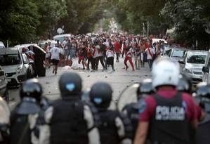 Torcedores e policiais durante confronto antes da final da Liberadores, que acabou adiada Foto: Reuters