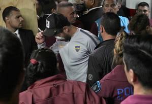 Pablo Perez and Gonzalo Lamardo retornam do hospital para o estádio Monumental em Buenos Aires com marcas nos olhos depois que o ônibus do Boca Juniors foi atacado Foto: JUAN MABROMATA / AFP