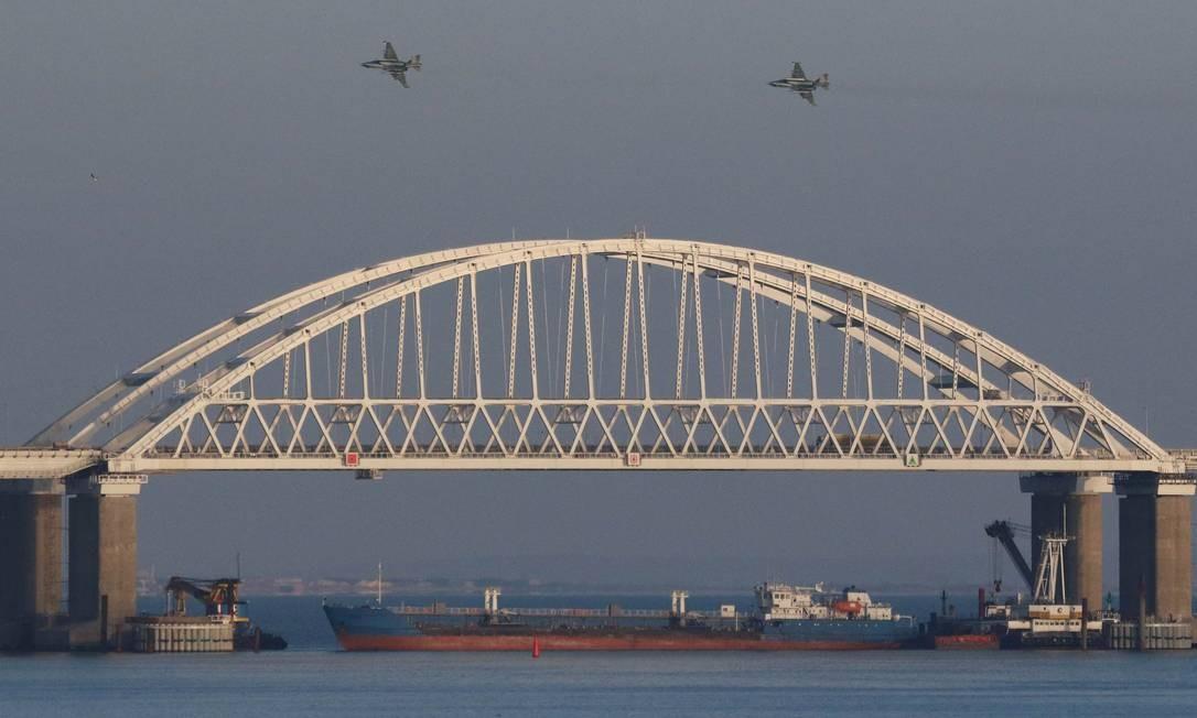 Jatos russos sobrevoam ponte que conecta Rússia à península da Crimeia no Estreito de Kerch Foto: PAVEL REBROV / REUTERS