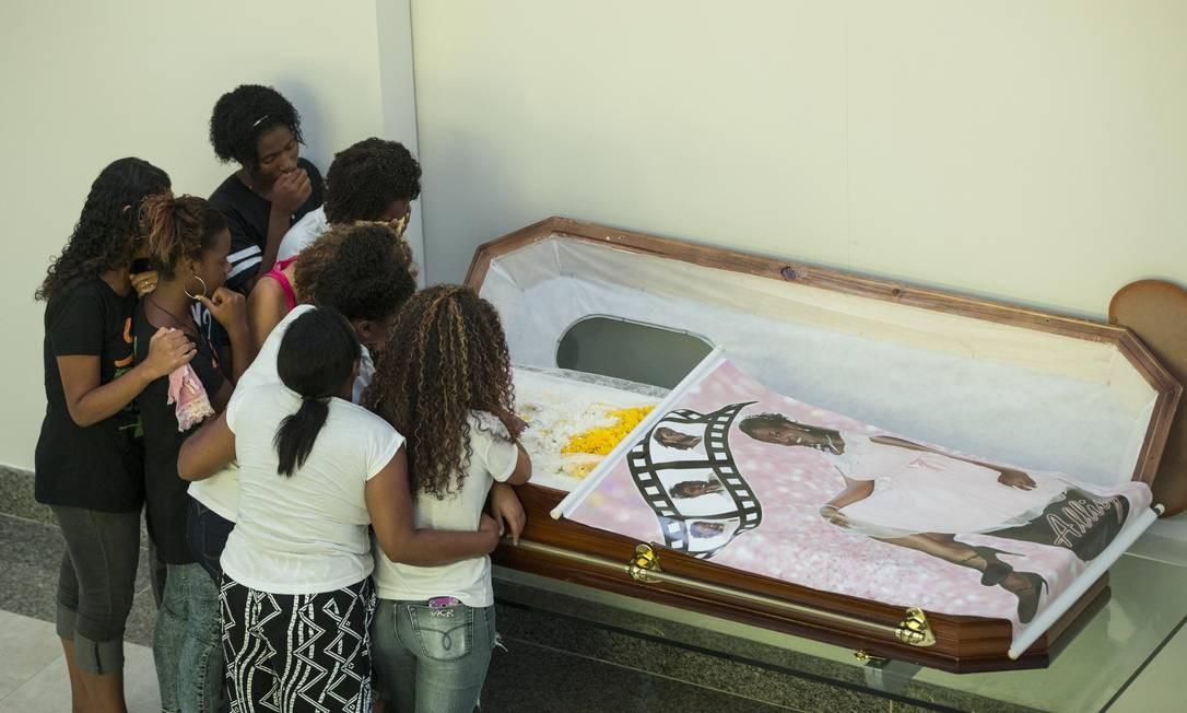 Parentes e amigos velam Ana Allicy, vítima de bala perdida Foto: Guito Moreto / Guito Moreto