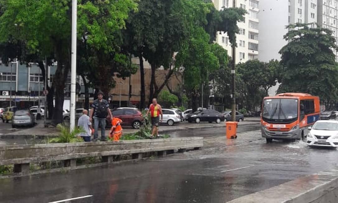 Em Botafogo, garis limpam bueiros para tentar escoar a água que criou bolsões d'água na cidade Foto: Leila Yousseff / Agência O Globo