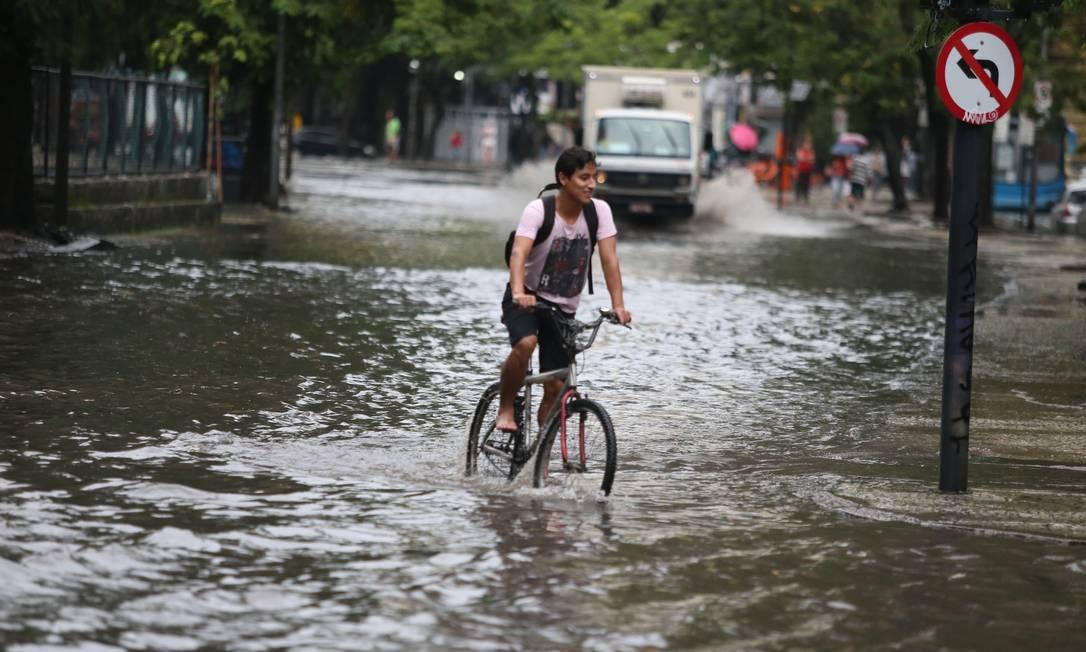 As fortes chuvas que caíram na madrugada deixou vários bolsões d'água espalhados pela cidade Foto: Fabiano Rocha / Agência O Globo