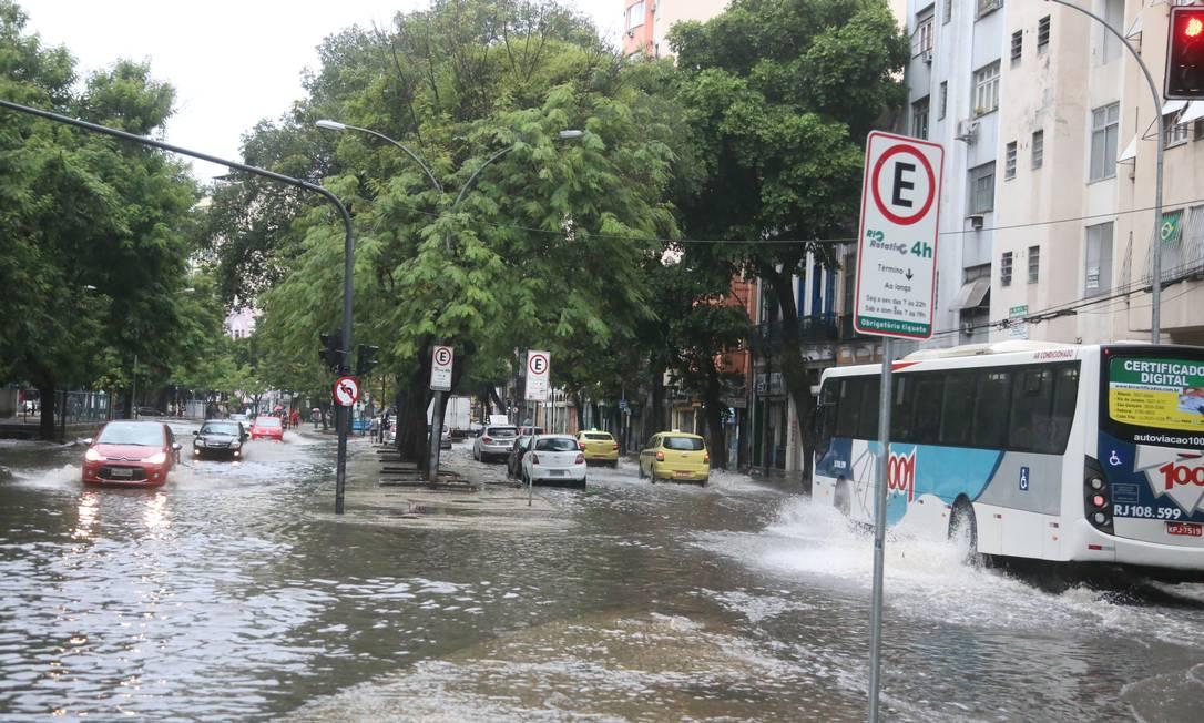 O temporal começou nas zonas Norte e Oeste e, no fim da madrugada, se deslocou para a Zona Sul e Centro Foto: Fabiano Rocha / Agência O Globo