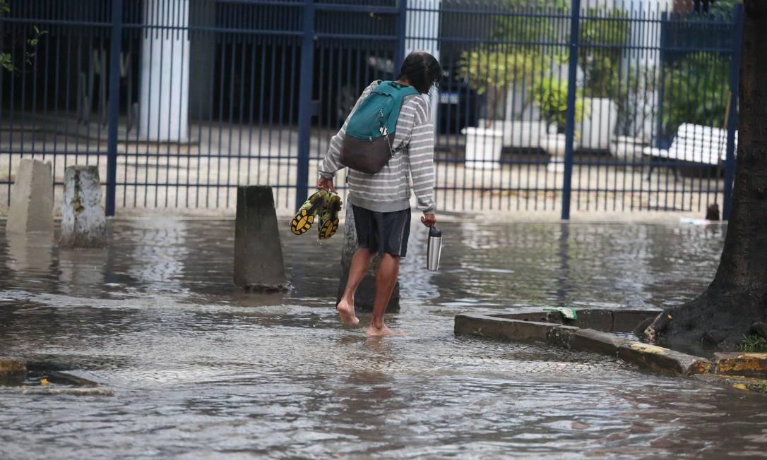 Ruas alagadas no Catete, na Zona Sul do Rio, trazem transtornos para moradores Foto: Fabiano Rocha / Agência O Globo