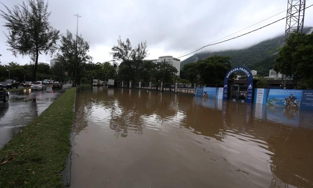 A Avenida Borges de Medeiros totalmente alagada, em frente à Sociedade Hípica da Lagoa Foto: Fabiano Rocha / Agência O Globo