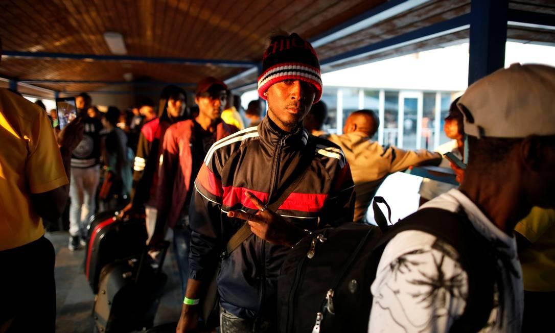 Haitianos fazem fila em retorno para Porto Príncipe em 7 de novembro, no 1º