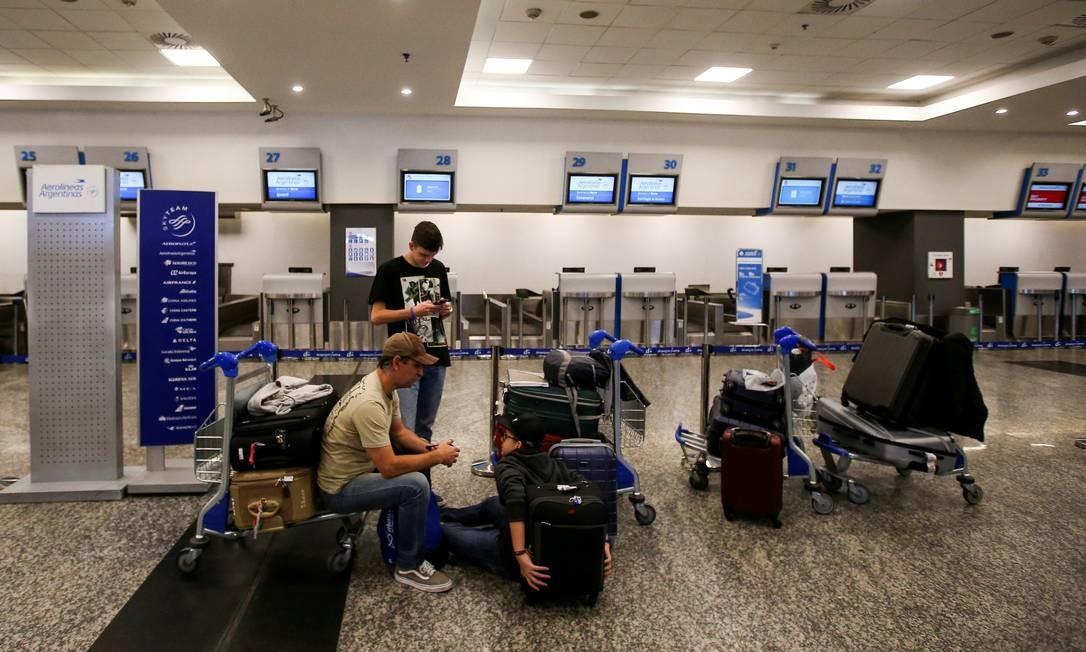 Passageiros aguardam no aeroporto de Buenos Aires em frente a balcãos vazios da Aerolíneas Argentinas: greve de trabalhadores suspendeu operações da companhia aérea Foto: Agustin Marcarian/Reuters