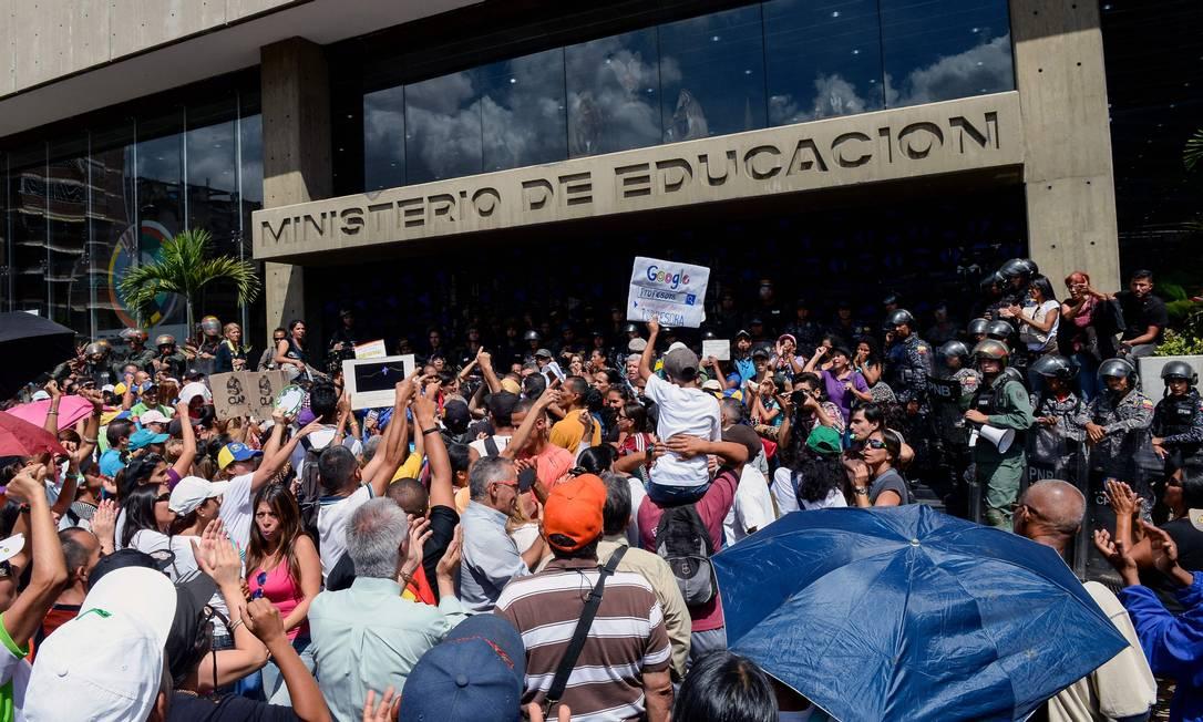Professores venezuelanos protestam por condições de trabalho em Caracas Foto: FEDERICO PARRA / AFP