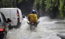 Chuvas causam trastorno para os trabalhadores na manhã de segunda feira Foto: Custódio Coimbra / Agência O Globo