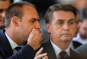 Eduardo Bolsonaro (à esquerda) com o pai em Brasília: deputado quer ação conjunta com os EUA contra Cuba e Venezuela Foto: SERGIO LIMA / AFP