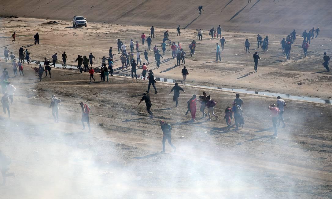 Agentes dos EUA tentaram afastar imigrantes da fronteira com gás de pimenta Foto: HANNAH MCKAY / REUTERS