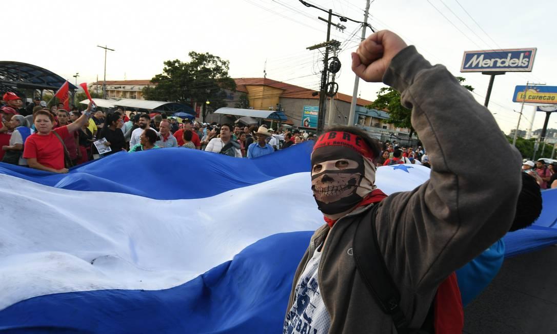 Manifestantes contra presidente de Honduras saíram às ruas um ano após votação que o reelegeu em Tegucipalga Foto: ORLANDO SIERRA / AFP