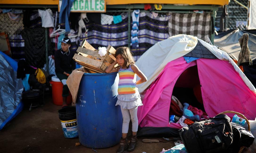 Menina da caravana migrante centro-americana em abrigo temporário montado na cidade de Tijuana, no México, perto da fronteira dos EUA Foto: ALKIS KONSTANTINIDIS / REUTERS