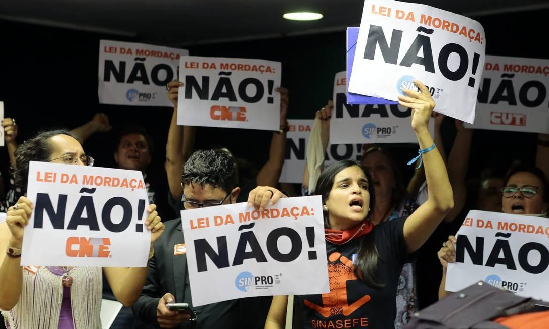 """Manifestantes fazem protesto contra o Escola sem partido, que chamam de """"Lei da Mordaça"""", durante uma sessão sobre o projeto de lei na Câmara Foto: Jorge William / Agência O Globo/31-10-2018"""
