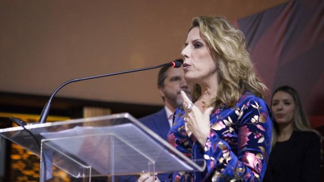 A diretora de redação da Revista Época, Daniela Pinheiro, recebe o prêmio 'Mídia do Ano' da Aberje na categoria revista Foto: Tatiana Nolla / Aberje