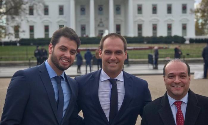 Eduardo Bolsonaro (ao centro) acompanhado de Filipe Martins (à esq.), diretor da Assuntos Internacionais do PSL, e Márcio Coimbra (à dir.) Foto: Reprodução/Twitter