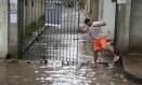 Moradores com dificuldades em Rio das Pedras por causa de alagamento Foto: fabiano rocha / Agência O Globo