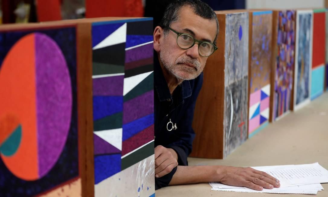 Gonçalo Ivo em seu ateliê em Teresópolis, entre as caixas pintadas para a edição de colecionador de 'Relâmpago' Foto: Custódio Coimbra / Agência O Globo