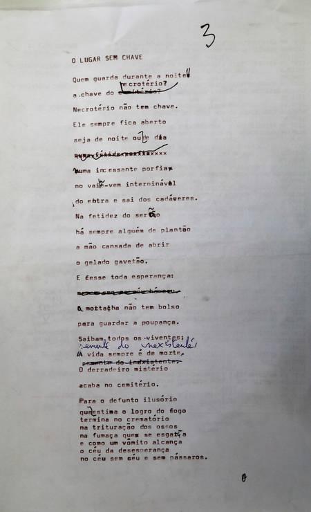 Original de Lêdo Ivo, com as correções do autor: poema integra o livro póstumo Foto: Custódio Coimbra / Agência O Globo
