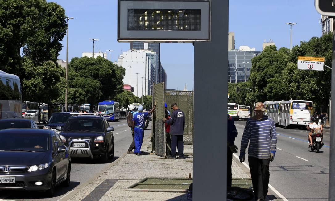 Termômetro de rua marca 42° C no Centro do Rio no verão deste ano: El Niño costuma aumentar temperatura média no país Foto: Uanderson Fernandes/18-01-2018