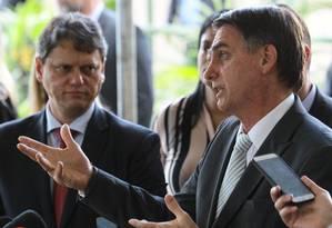 O presidente eleito, Jair Bolsonaro, ao lado do futuro ministro de Infraestrutura, Tarcísio Freitas Foto: Jorge William / Agência O Globo