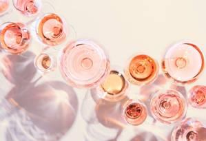 Os vinhos rosés, brancos, verdes e tintos leves combinam e muito com dias quentes Foto: Divulgação