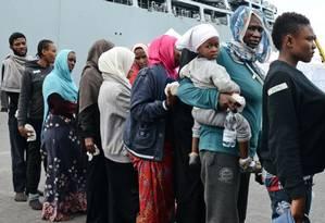 Imigrantes desembarcam no porto italiano de Catania Foto: Giovanni Isolino / AFP/8-6-2015