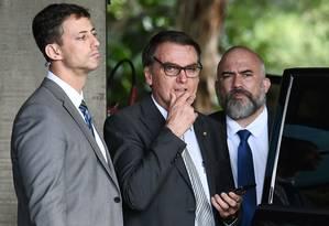 O presidente eleito, Jair Bolsonaro, acompanhado de seguranças, em Brasília Foto: AFP