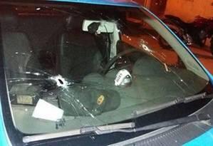 Marcas de tiros no vidro do carro onde estava o soldado Lyra Foto: Divulgação