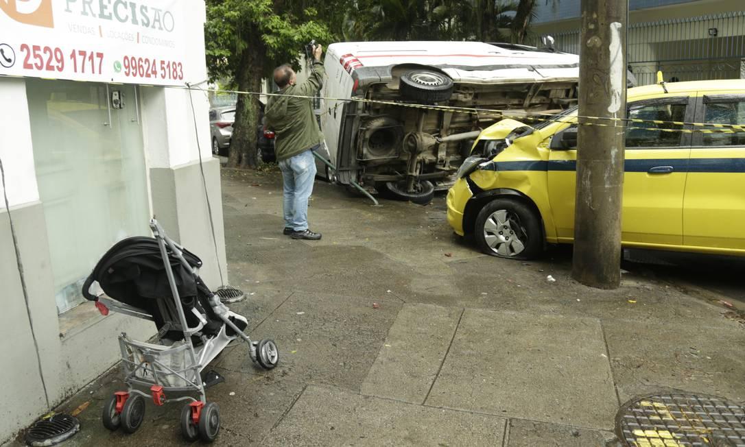Carro de bebê fica na esquina onde greve acidente matou Nicholas, de 2 anos, em Botafogo Foto: Gabriel de Paiva em 26/11/2018 / Agência O Globo