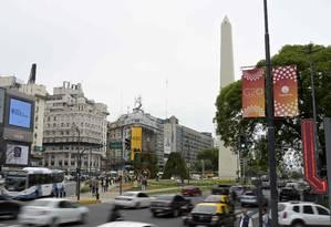 Uma 'banner' anunciando a Cúpula do G20 é vista próximo ao obelisco, na Avenida 9 de Julio, em Buenos Foto: JUAN MABROMATA / AFP