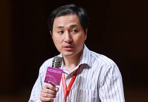 Cientista chinês He Jiankui fala nesta quarta-feira a um auditório lotado após alvoroço em torno de seu anúncio sobre edição genética de bebês Foto: ANTHONY WALLACE / AFP