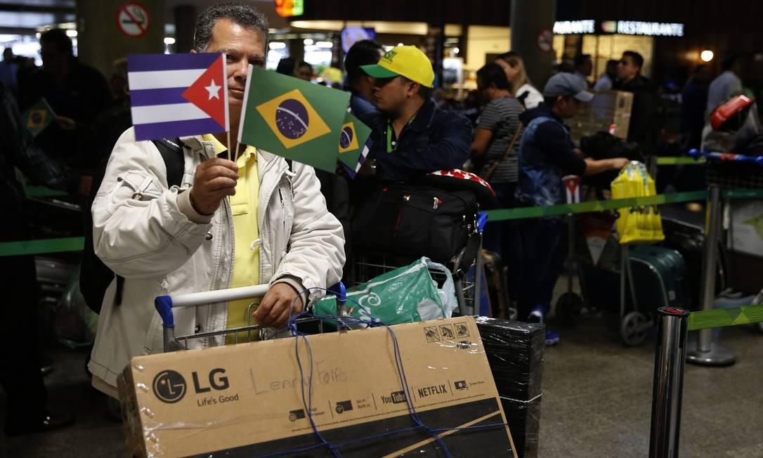Médicos cubanos embarcam no Aeroporto Internacional de Brasília para voltar à ilha Foto: Jorge William / Agência O Globo (22/11/2018)