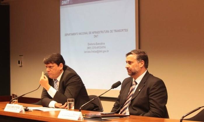 O futuro ministro da Infraestrutura, Tarcísio Gomes de Freitas, e o deputado Paulo Pimenta (PT) Foto: Divulgação