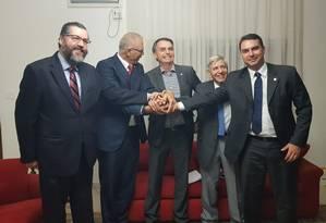 Jair Bolsonaro e integrantes da equipe com embaixador de Israel, Yossi Shelley, na Granja do Torto. Foto: Divulgação