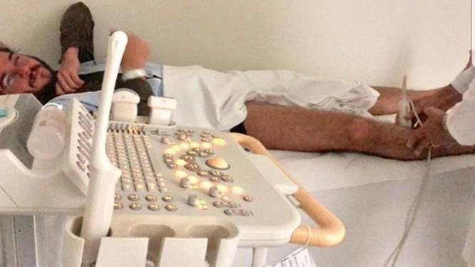 Túlio Gadelha no hospital onde foi diagnosticado com trombose Foto: Reprodução Instagram