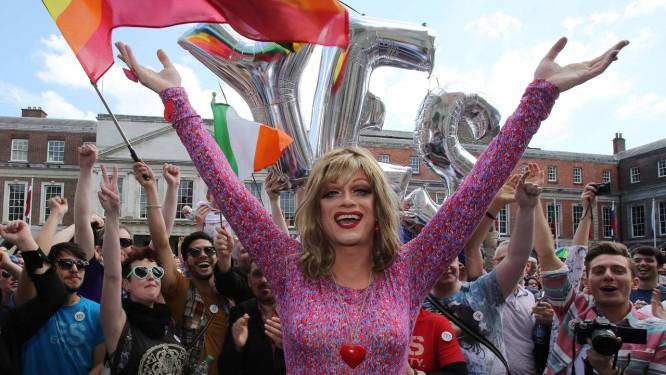 Panti Bliss, drag queen e ativista dos direitos LGBT, durante passeata em defesa do casamento gay em Dublin Foto: Paul Faith / Getty Images