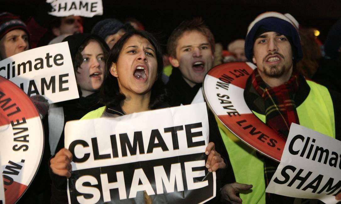 Ativistas ambientais protestam contra acordo pouco ambicioso discutido na Conferência do Clima de Copenhague: evento reúne militantes de todo o planeta Foto: INTS KALNINS / Reuters/19-12-2009