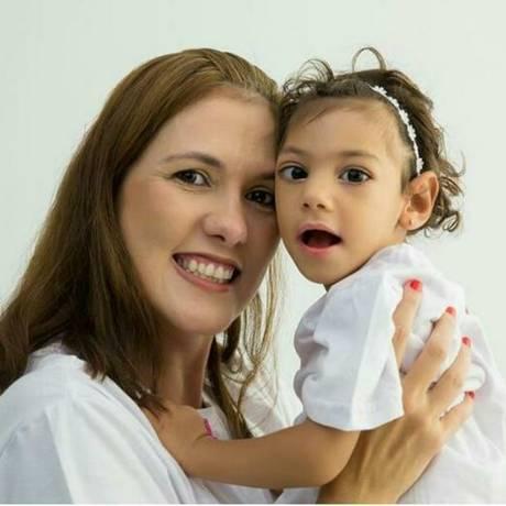 Carolina Calábria e a filha Lis: fotos da criança podem ter sido usadas para aplicar golpe em Pernambuco Foto: Reprodução