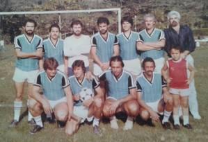 Pezão (agachado, ao centro) quando cumpria o primeiro mandato como vereador em Piraí, nos anos 1980. Ele era centroavante do time Piraí Country Club Foto: Foto de leitor