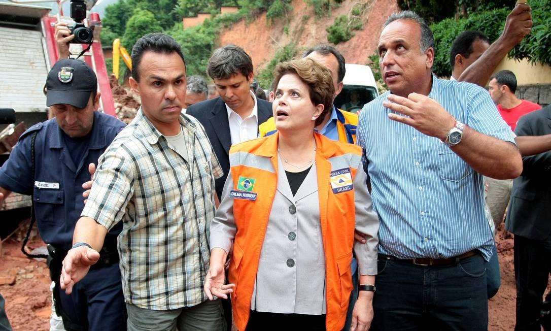 Em 2011, ele acompanhou a então presidente Dilma Roussef em visita à Região Serrana após as chuvas que mataram mais de 400 pessoas Foto: Pedro Kirilos / Agência O Globo