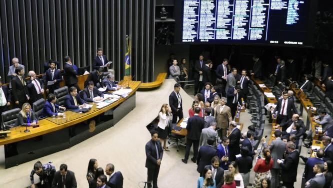 Um dos projetos altera a Lei Maria da Penha para que o autor de violência familiar participe de processo de reeducação em centros de apoio Foto: Terceiro / Agência O Globo