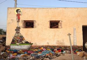 Grafite de Tinho, um dos grandes nomes da arte de rua brasileira, sobre livros Foto: Divulgação/Galeria Movimento