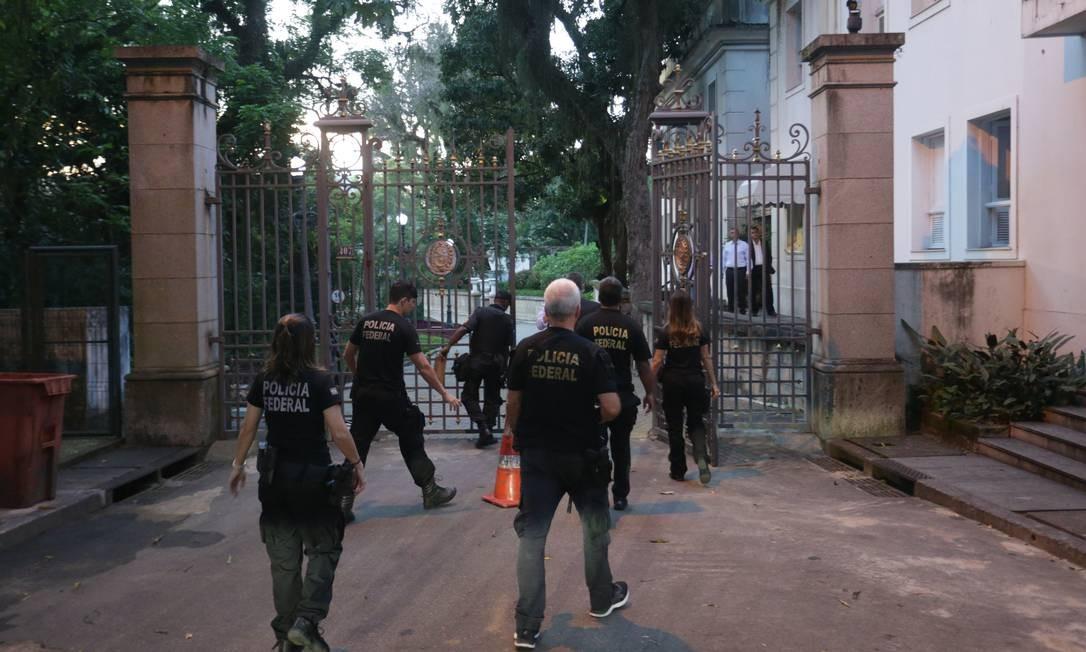 A movimentação de policiais federais no Palácio Laranjeiras Foto: Márcio Alves / Agência O Globo