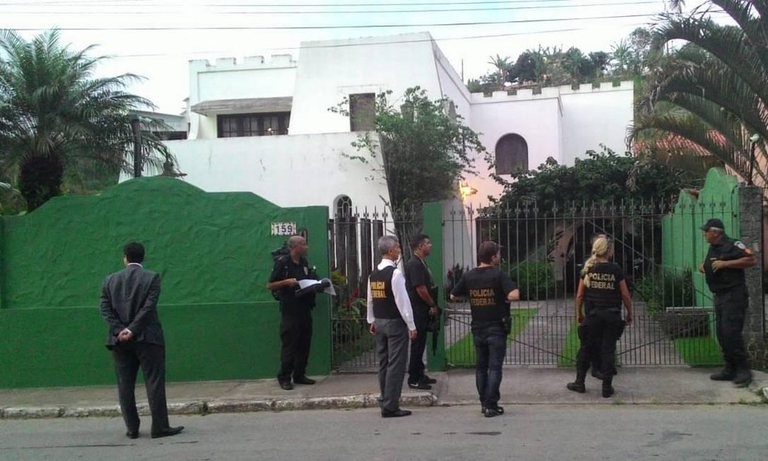 Os agentes da PF na casa de Pezão, em Piraí Foto: Lucas Altino / Agência O Globo